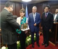 محافظ الإسكندرية يقلد أم المعاقين لقب سفير لأطفال التشوهات الخلقية