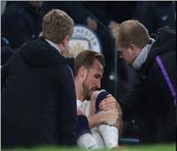 فيديو وصور| هاري كين يظهر بعكازين بعد مباراة مانشستر سيتي