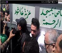 صور| محبو أحمد السقا يحاصرونه فى جنازة محمود الجندي