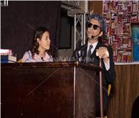 صور| مدرس يتقمص شخصية طه حسين لمساعدة الطلاب على فهم المنهج