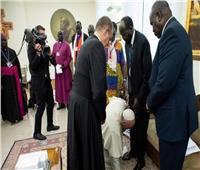 فيديو وصور| من أجل السلام..البابا فرنسيس يقبل أقدام زعماء جنوب السودان