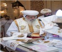 الأنبا باخوميوس يصلي القداس الإلهي بكنيسة دمنهور