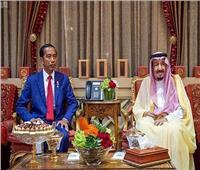 خادم الحرمين يبحث مع الرئيس الإندونيسي تطورات الأوضاع الإقليمية والدولية