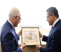 صور  خالد العناني يستقبل وزير الخارجية البولندي ويهديه «مركب خوفو»