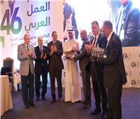 وفد فلسطين بمؤتمر «العمل العربي» يكرم فايز المطيري