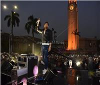 صور| بحضور 150 ألف طالب.. حماقي يتألق أمام قبة جامعة القاهرة