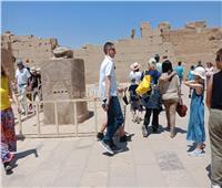 صور.. وزيرة السياحة ويسرا يطوفان حول الجعران المقدس بمعبد الكرنك