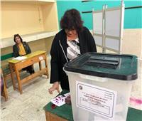 صور| وزير الثقافة تدلى بصوتها في الاستفتاء على التعديلات الدستورية