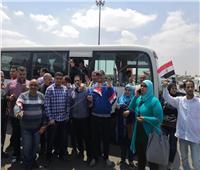 صور| العاملون بمصر للطيران يحرصون على المشاركة باستفتاء الدستور