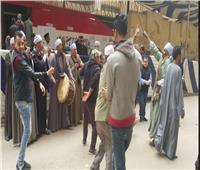 صور| «المزمار والطبل البلدي» أمام لجان الاستفتاء في الإسكندرية