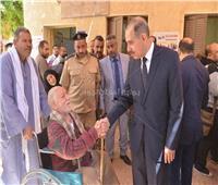 محافظ أسيوط يصطحب عم «ناثان» ذو 83 عامًا داخل لجنة عصمت عفيفى
