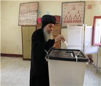 أسقف المنيا وأبو قرقاص يدلي بصوته في الاستفتاء على الدستور