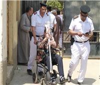 صور أول أيام الاستفتاء.. كبار السن في اللجان «على كفوف الراحة»