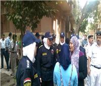 الشرطة النسائية تساعد السيدات في الوصول للجان وتنظم الطوابير