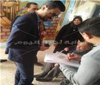 «قاضي» يخرج لمساعدة مواطن علي الادلاء بصوته خارج اللجنة بدمياط