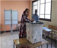 ليلي طاهر تدلي بصوتها في الاستفتاء على التعديلات الدستورية