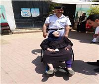 على كرسي متحرك.. مسنة توجه رسالة للرئيس من إحدى لجان أبو النمرس