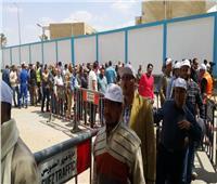 آلاف العمال في طوابير بالسويس للإدلاء بأصواتهم في الاستفتاء