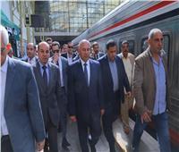 صور.. وزير النقل يتفقد محطة مصر للاطمئنان على مستوى الخدمة وعملية التصويت