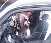 التعديلات الدستورية 2019| نقل مسنة وزوجها بسيارة الحي إلى لجنة الاستفتاء بالإسكندرية