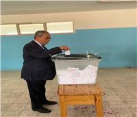 صور| عمرو موسى وقرينته خلال إدلائهما بصوتهما في التعديلات الدستورية 2019