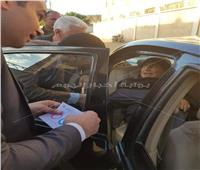 رئيس لجنة بالبحيرة يخرج لمريض الشارع ويمكنه من الإدلاء بصوته