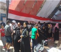 صور وفيديو| الشباب يساعدون الناخبين في الوصول للجان الاستفتاء بالهرم