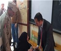 بالفيديو و الصور.. رئيس لجنة بالجيزة يشرح لسيدة مسنة كيف تصوت بورقة الاستفتاء