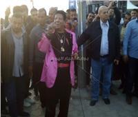 بالصور ..شعبان عبد الرحيم يغني للمواطنين في لجنتي الاستفتاء بالمطار