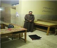 ناخب يصلي المغرب أمام لجنة مدرسة الثانوية بنات بمنطقة الشيخ زايد