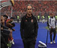 لاسارتي يعقد محاضرة مع لاعبي الأهلي قبل المران الأخير لمواجهة المصري