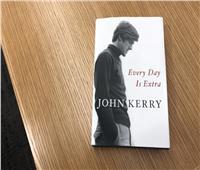 جون كيري يحتفل بكتابه الجديد في معرض أبوظبي للكتاب