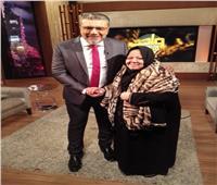 فيديو  عمرو الليثي يستضيف الحاجة سناء في «واحد من الناس» ويهديها عمرة