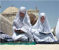كيف تؤدي النساء الصلاة في الأماكن العامة؟.. «أمين الفتوى» يجيب