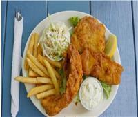 طبق اليوم.. «أصابع السمك المقلية مع البطاطس» على الطريقة البريطانية