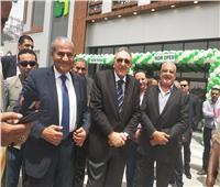 بالصور| وزير التموين يفتتح أحد فروع «السلاسل التجارية» بأكتوبر