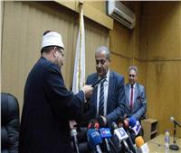 تقبيل وزير التموين لمصحف «الأوقاف».. أبرز لقطات توقيع «صكوك الأضاحي»