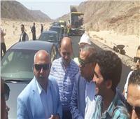 وزير النقل يتابع أعمال رفع كفاءة وإعادة رصف طريق دهب