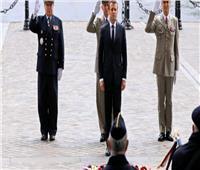 فيديو  الرئيس الفرنسي يضع إكليلا من الزهور على قوس النصر