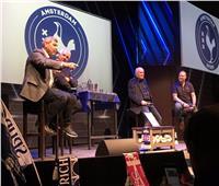 صور وفيديو| مدرب الأهلي السابق يفاجئ جمهور توتنهام في أمستردام