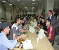 رئيس جامعة حلوان يشارك طلاب المدن الجامعية إفطار رمضان