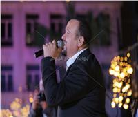 صور| هشام عباس يُشعل أجواء خيمة «باب القصر»