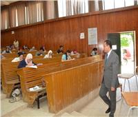نائب رئيس جامعة أسيوط يتفقد سير امتحانات كلية الآداب