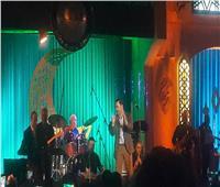 مدحت صالح يرقص على «زى المليونيرات» في الأوبرا