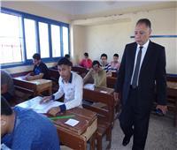 طلاب الصف الأول الثانوي يؤدون امتحان «العربي» ورقيًا بدمياط