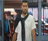 أمير عزمي يشد من أزر لاعبيه بين شوطي مباراة الزمالك وبركان