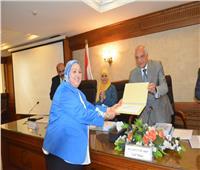 راشد يكرم المشرف على العلاقات العامة والإعلام بمحافظة الجيزة