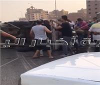 شاهد| انقلاب سيارة نصف نقل على الطريق الدائري.. والأهالي ينقذون السائق