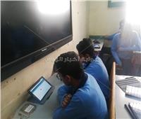 طلاب الصف الأول الثانوي يؤدون امتحان الرياضيات
