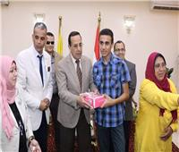 محافظ شمال سيناء يجبُر «خاطر» ذوي القدرات الخاصة بـ«كعك العيد»